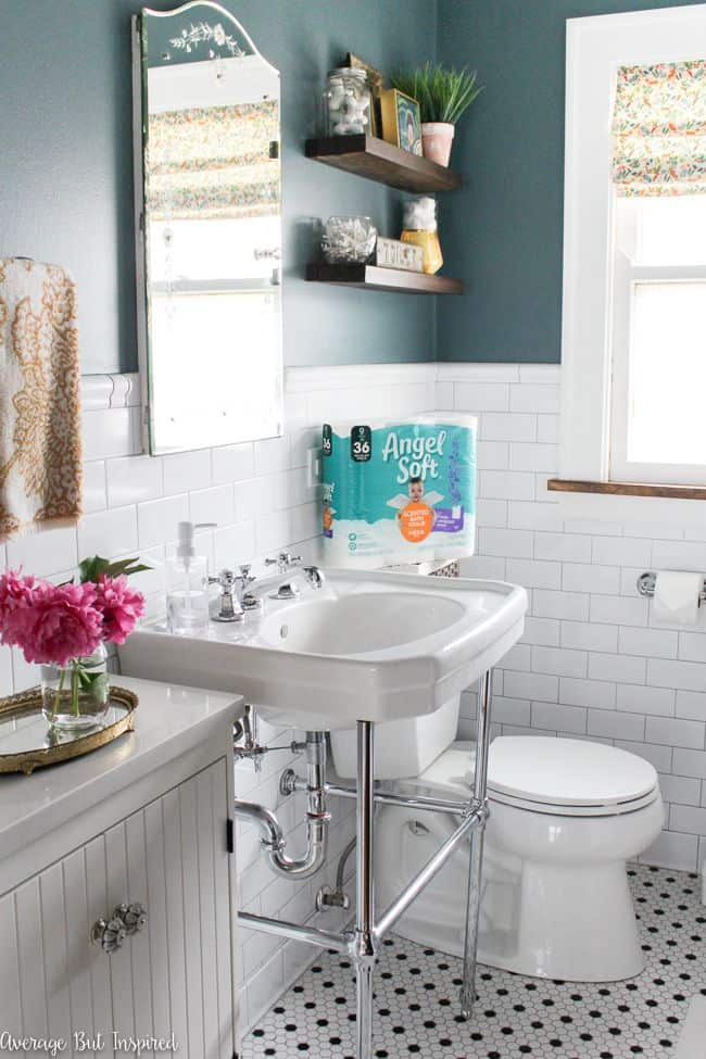 SO helpful! Read this post to get five tips for getting your bathroom guest ready! No stress, no fuss - it's easy to have a great guest bathroom!